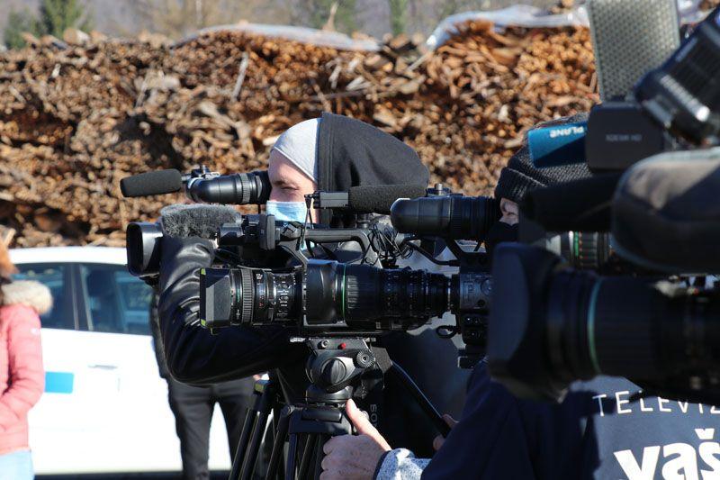 humanitarna pomoč Petrinja SLOLES Slovensko lesno združenje snemalne ekipe