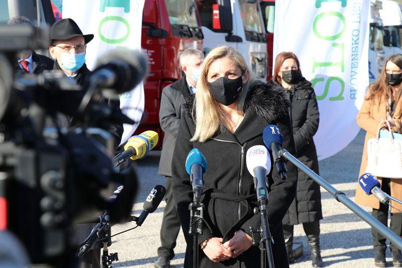 humanitarna pomoč Petrinja SLOLES Slovensko lesno združenje Ajda Cuderman sekretarka na ministrstvu