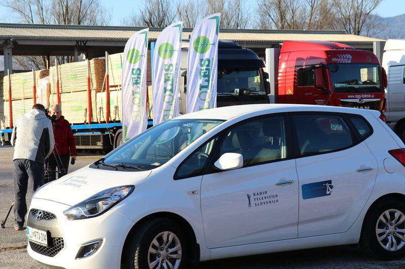 humanitarna pomoč Petrinja SLOLES Slovensko lesno združenje RTV SLO novinarska snemalna ekipa
